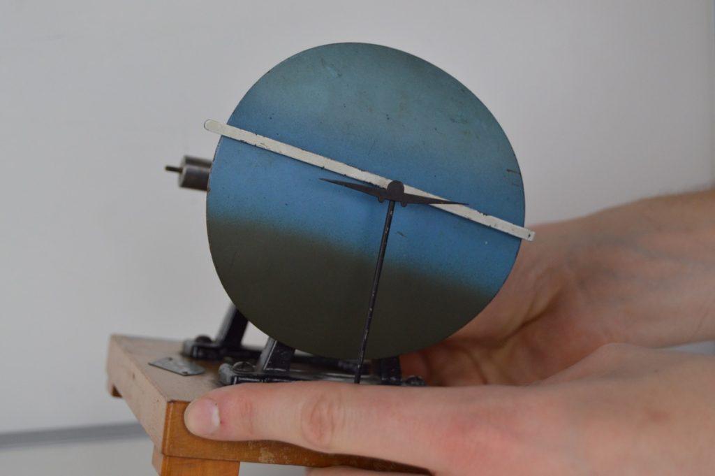 Umělý horizont (horizontální gyroskop se dvěma stupni volnosti)