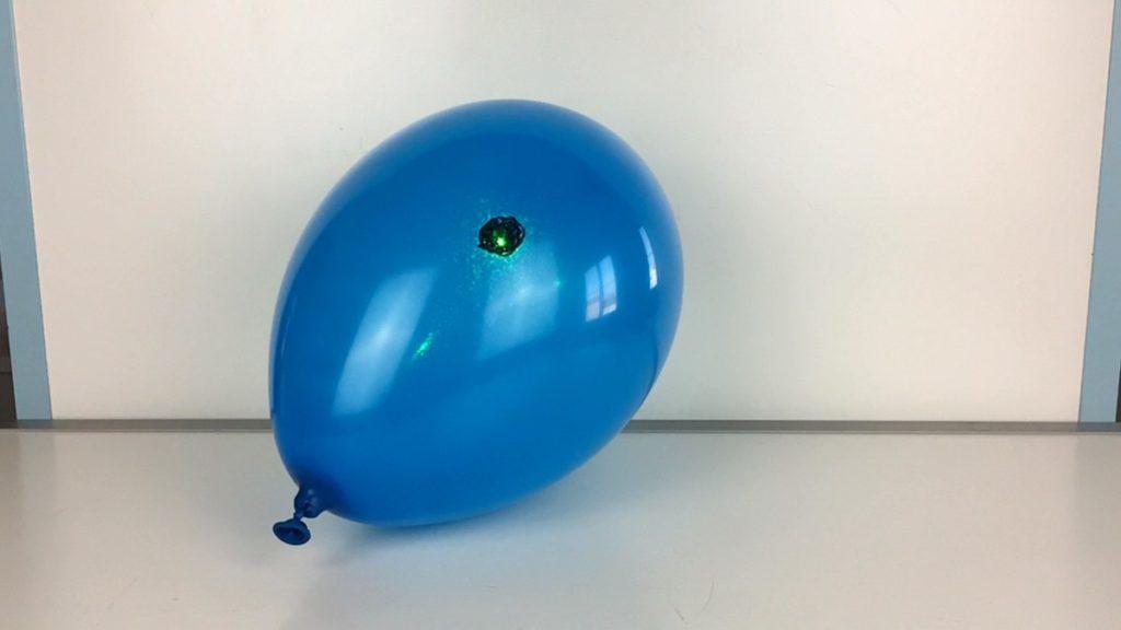 Prasknutí balónku za pomocí laseru